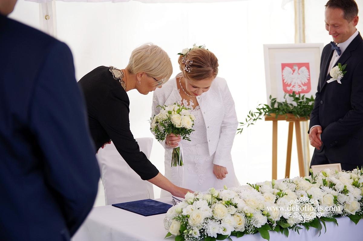 Ślub plenerowy Opole Czarnowąsy - czerwony dywan i białe kwiaty