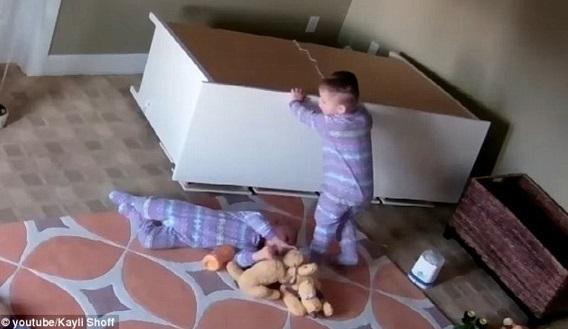(Video) Detik Menakjubkan Kanak-Kanak 2 Tahun Tolak Rak Untuk Selamatkan Kembarnya Terakam