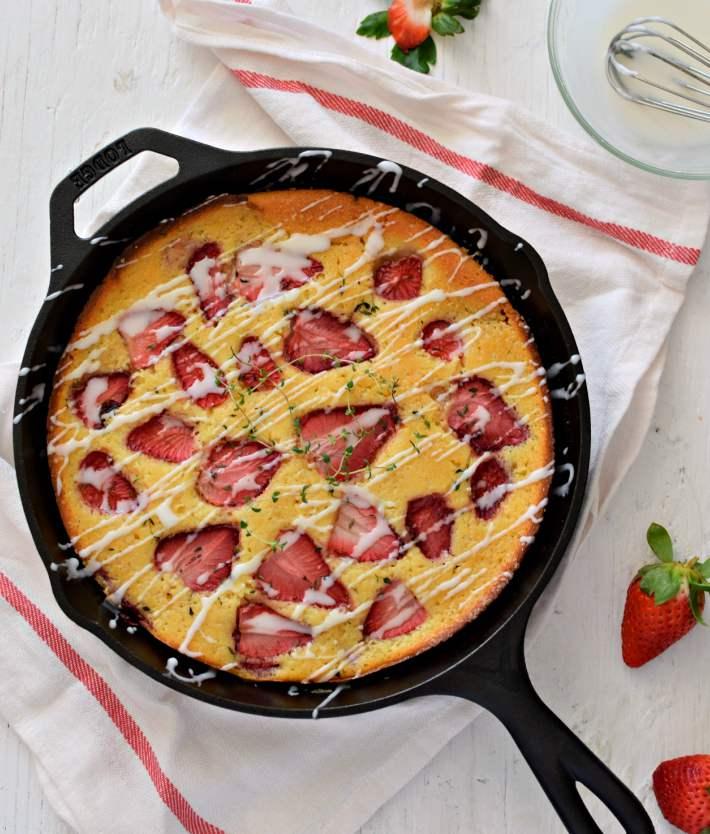 Bizcocho de fresas frescas y tomillo cocido en una sartén de hierro
