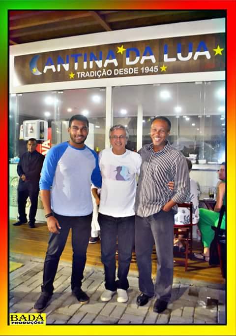 Caetano Velosos visita novo espaço gastronômico do Rio Vermelho na Praça Caramuru