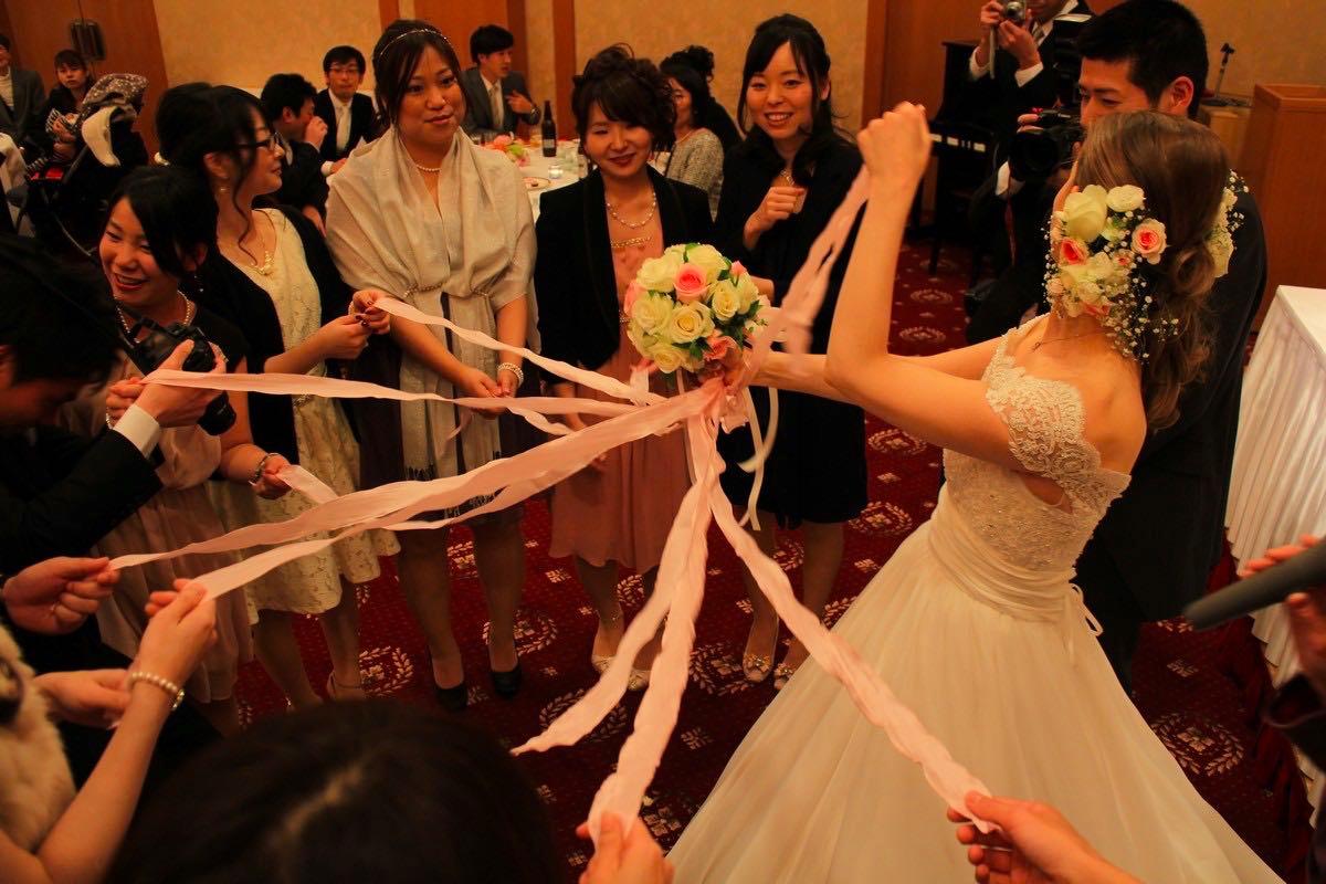 0309189a7e Pod koniec wesela panna młoda rzuca bukiet lub robi losowanie bukietu za  pomocą ciągnięcia wstążek.