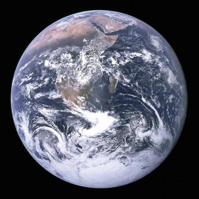 Quanh cảnh Trái Đất, nhìn từ Apollo 17 khi đang trên đường đến Mặt Trăng, kéo dài từ Địa Trung Hải đến Nam Cực. Đây là lần đầu tiên Apollo 17 ở vị trí thuận lợi để có thể chụp ảnh Nam Cực. Nam bán cầu bị che phủ bởi những đám mây dày. Có thể nhìn thấy hầu hết chiều dài bờ biển châu Phi. Bán đảo Arab nằm kế góc đông bắc Phi châu. Hòn đảo lớn ngoài khơi châu Phi là Madagascar. Lục địa Châu Á ở đường chân trời phía đông bắc. Tác giả : Harrison Schmitt hay Ron Evans/Phi hành đoàn Apollo 17/NASA.