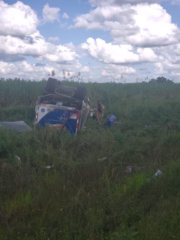 Video: Autobús con 70 turistas se accidenta en la Autovía del Coral