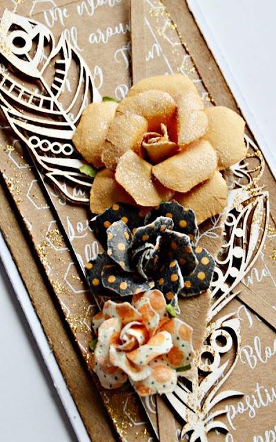 kartka ozdobiona piórem z tekturki i kwiatami