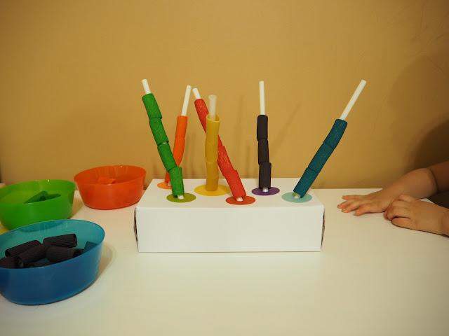 空面紙盒貼上彩色圓圈再搭配彩虹筆管麵就是好玩的小遊戲了