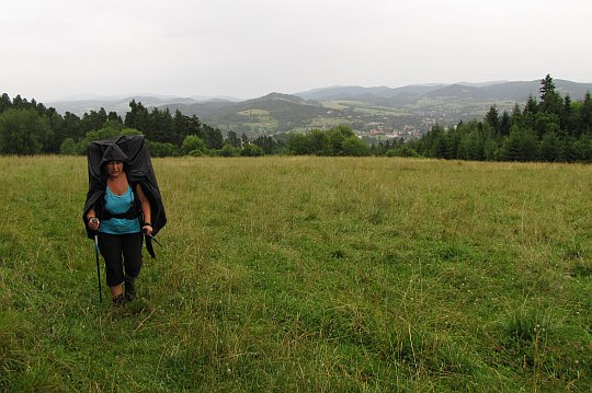 Na stokach Zbójeckiej Góry (643 m n.p.m.). Z tyłu widać grupę Lubonia Wielkiego i Gorce.