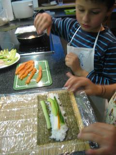 Kinder in der Küche: Sushi rollen