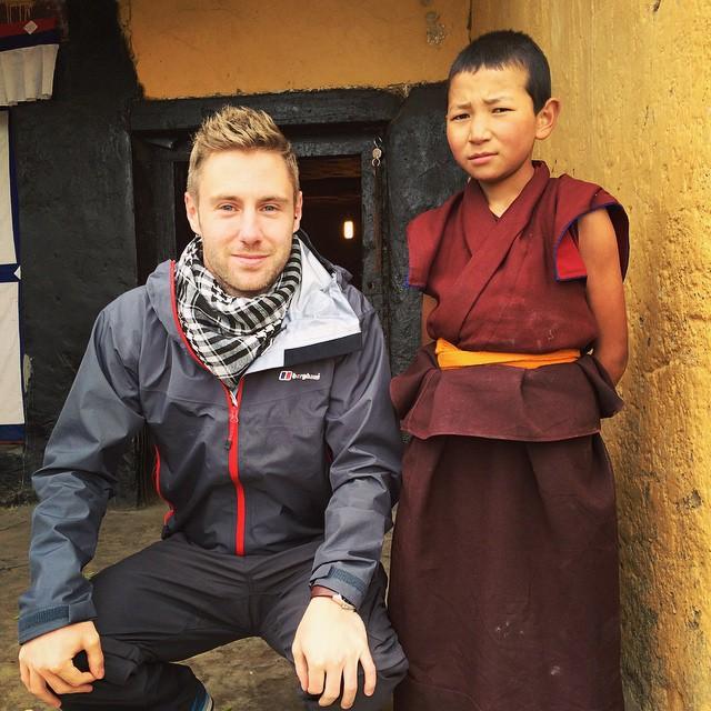 Este chico gana millones desde su laptop y viaja por el mundo al mismo tiempo