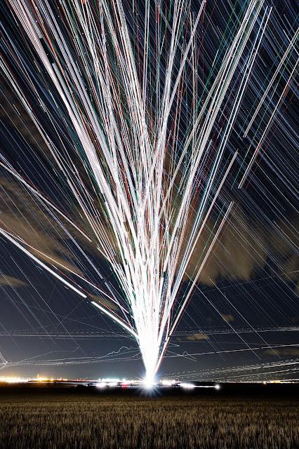 夜空の光のアート??夜空の星と飛行機の光の美しいコラボ!【a】