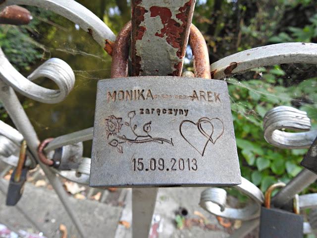 kłódka z imionami, datą oraz informacjami o zaręczynach