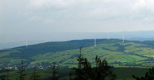 """Wiatraki farmy wiatrowej """"Bukowsko-Nowotaniec""""."""