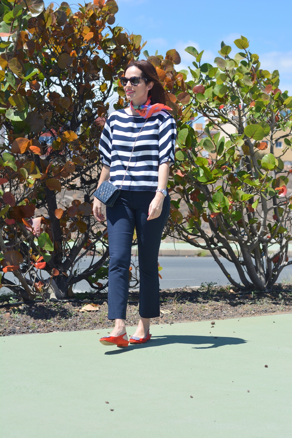 navy-and-orange-look-streetstyle