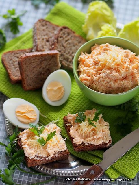 pasta z jajek i sera żółtego bursztyn , ser żółty , jajka , smarowidło , do smarowania , do chleba , do kanapek , domowe jedzenie , na chleb ,