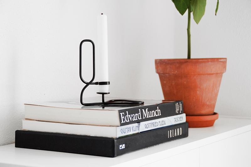 deko update nachttische umger umt fensterbank dekoriert postkarten an der wand tasteboykott. Black Bedroom Furniture Sets. Home Design Ideas