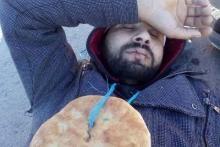 بالصور/ المتلوي.. المضربون عن الطعام يخيطون افواههم ويغلقون الطريق