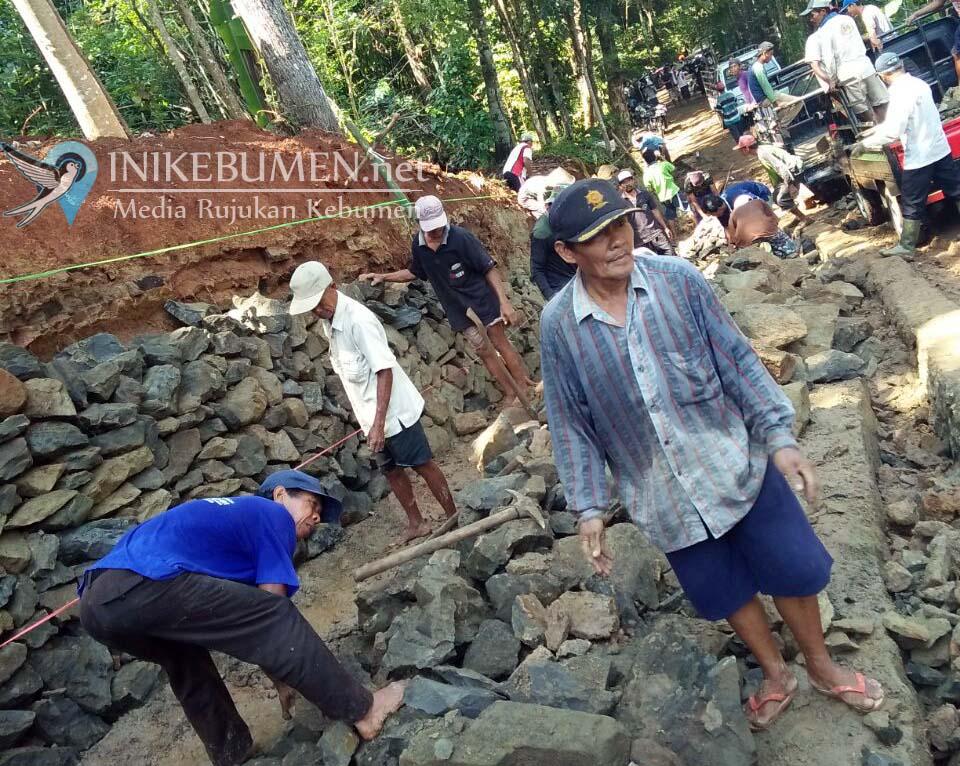 Hebat!! Warga Tiga Desa di Karanganyar Swadaya Bangun Jalan Desa