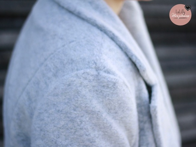 Schlendiran –was für ein klangvoller Name für eine Jacke. So einladend damit umher zu schlendern und fünfe gerade sein zu lassen! Die raffinierte Cabanjacke mit Retrocharme ist ein Schnittmuster für Damen aus der Feder von Lotte und Ludwig. Sie besticht durch Reverskragen, doppelte Knopfreihe und Leistentaschen- der besondere Pfiff? ein Schlitz im Rückenteil und ein Innenfutter.