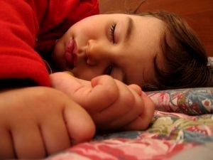 Foto de un pequeño con mucho sueño