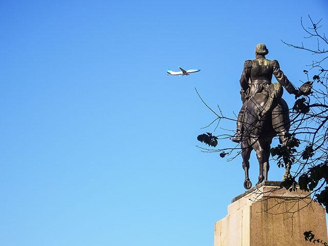 El Monumento a Mitre parece saludar a un avion en vuelo.