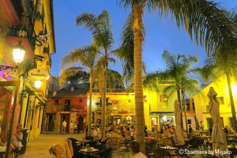 Dénia Spain ヤシの木に囲まれたデニア旧市街のバルのテラス