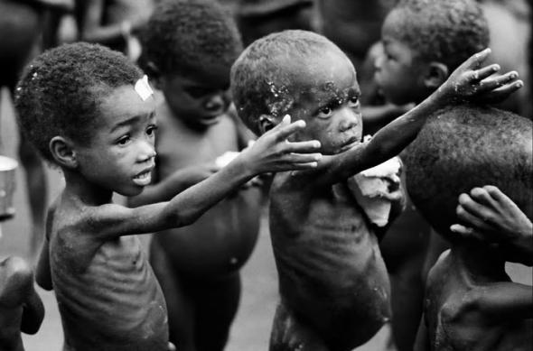 Copii somalezi care cerșesc de mâncare (paolac7.blogspot.com)