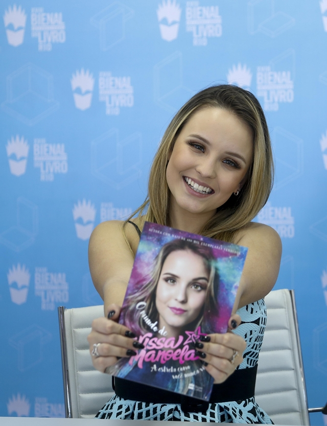 Larissa autografa livro  O Mundo de Larissa Manoela  para centenas de fãs 0e1fd2a48d