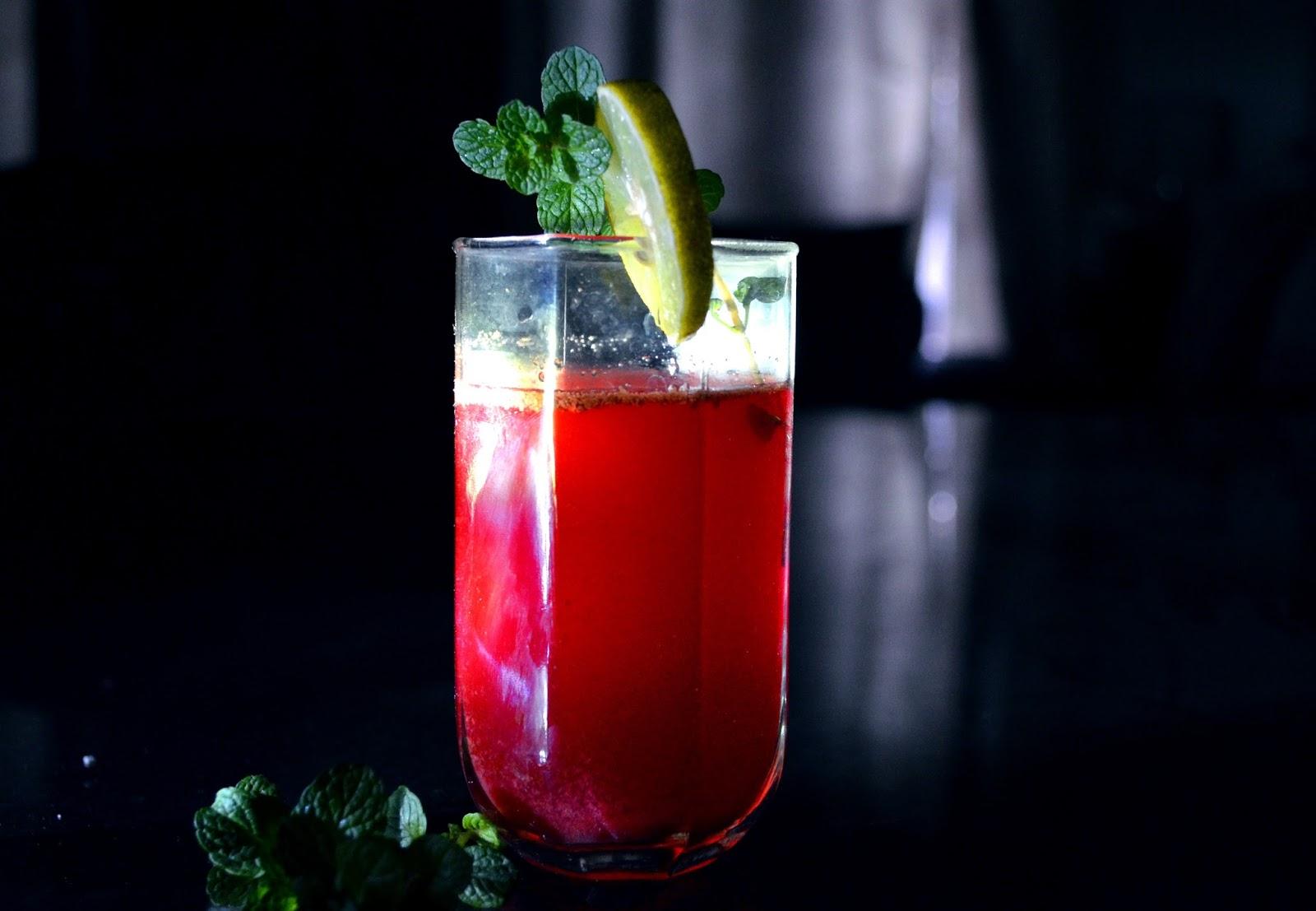 Pahar de suc rosu