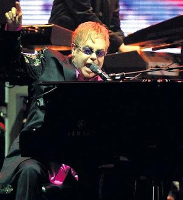 Foto de Elton John cantando en el escenario