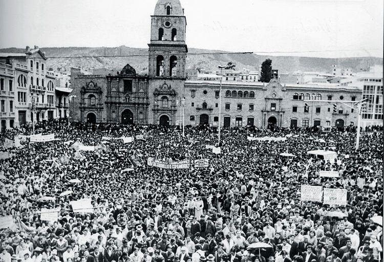 10 de octubre de 1982, decenas de miles de personas escuchaban el discurso del presidente Hernán Siles en San Francisco