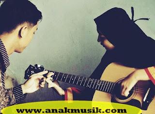 Cara Belajar Bermain Gitar Sambil Bernyanyi (Cepat & Mudah)