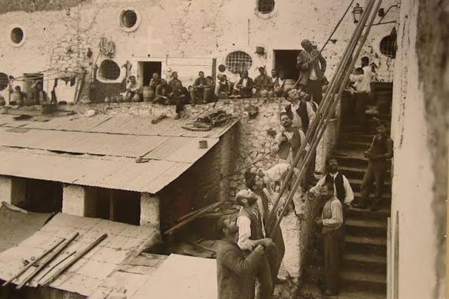 """""""Αντιλαλούν οι φυλακές τ' Ανάπλι κι ο Γεντί-κουλές"""" - Η ιστορία πίσω από το ρεμπέτικο του Μ. Βαμβακάρη (βίντεο)"""