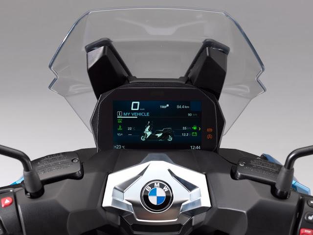 La C400X opcionalmente contara con pantalla TFT a todo color de 6.5 pulgadas y aspecto futurista, que se puede usar para la transmisión multimedia, llamadas telefónicas y navegación paso a paso