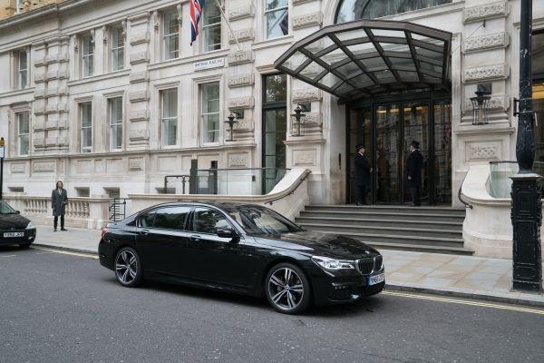 Η BMW Σειρά 7 σε μία εμβληματική εμφάνιση, στο νέο κατασκοπευτικό θρίλερ Red Sparrow