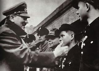 Hitler entrega de medallas