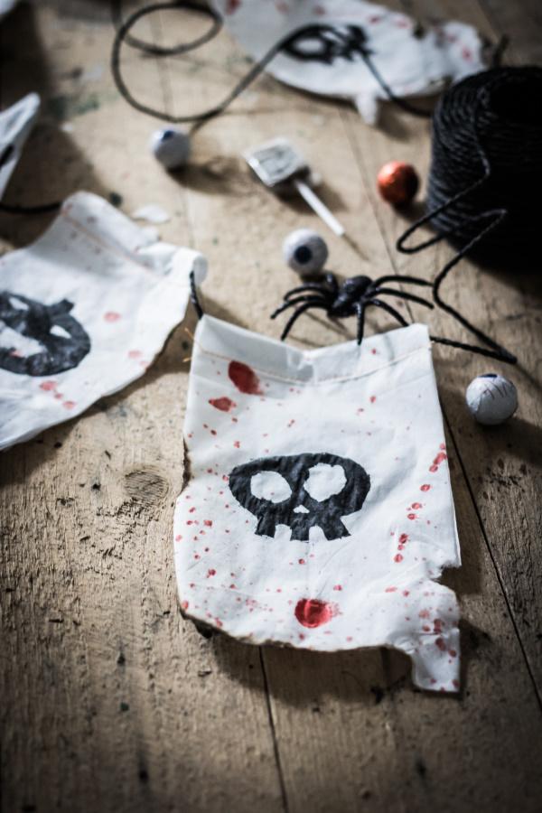 Halloween Deko selber machen: Anleitung für eine schaurige DIY Wimpelkette aus Tempo-Taschentüchern. Happy Crafting by titatoni.de