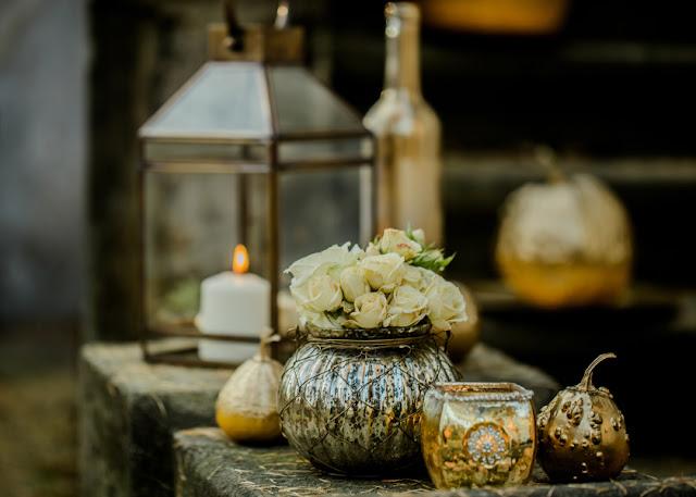 Złote ozdoby na stołach weselnych.