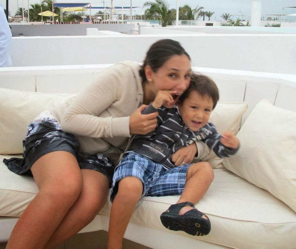 Madre e hijo sonriendo felices