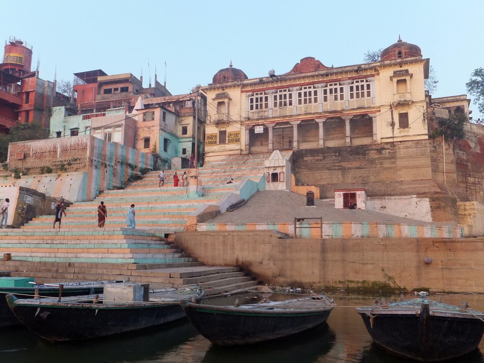 Набережная  Варанаси, лестница с разноцветными ступеньками