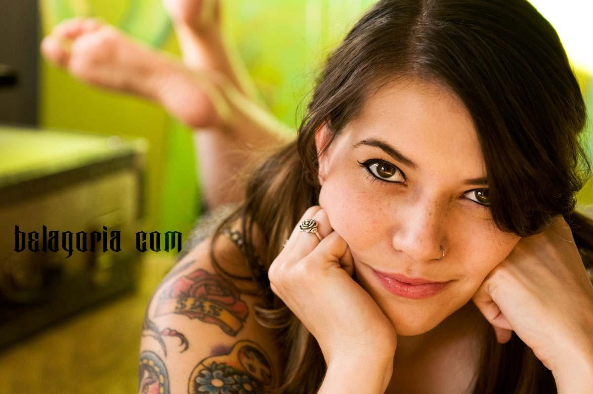Chica con tatuaje tradicional americano