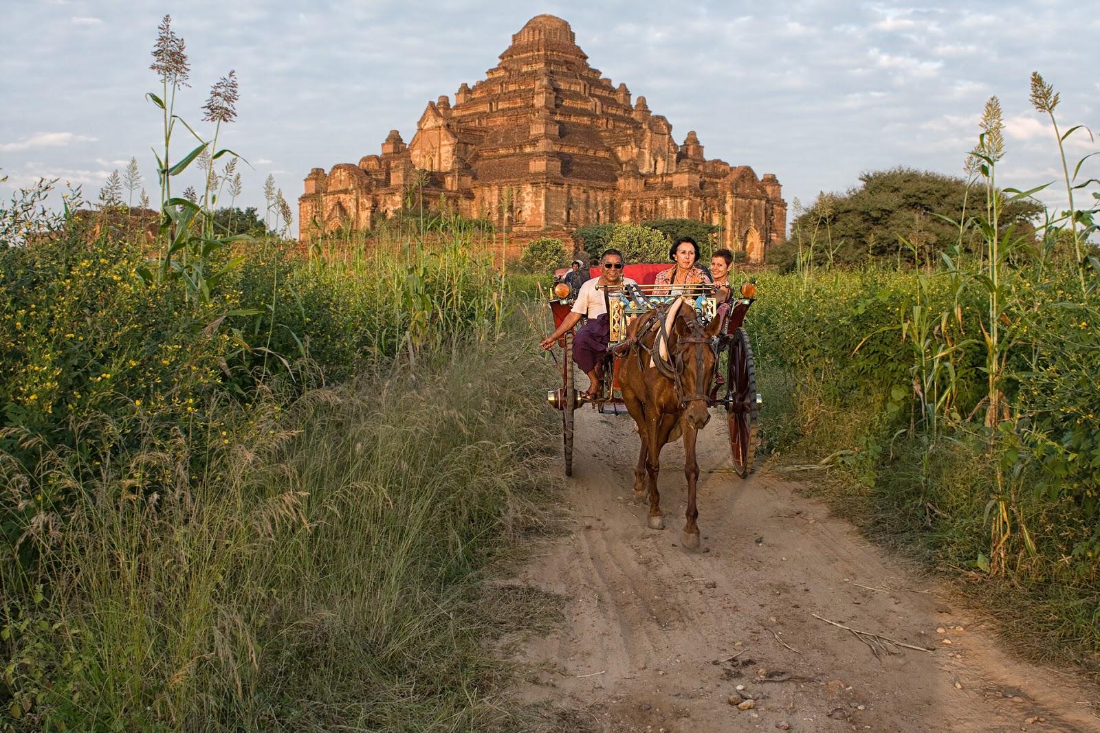dorożki,ludzie,pagody,droga,bagan,birma