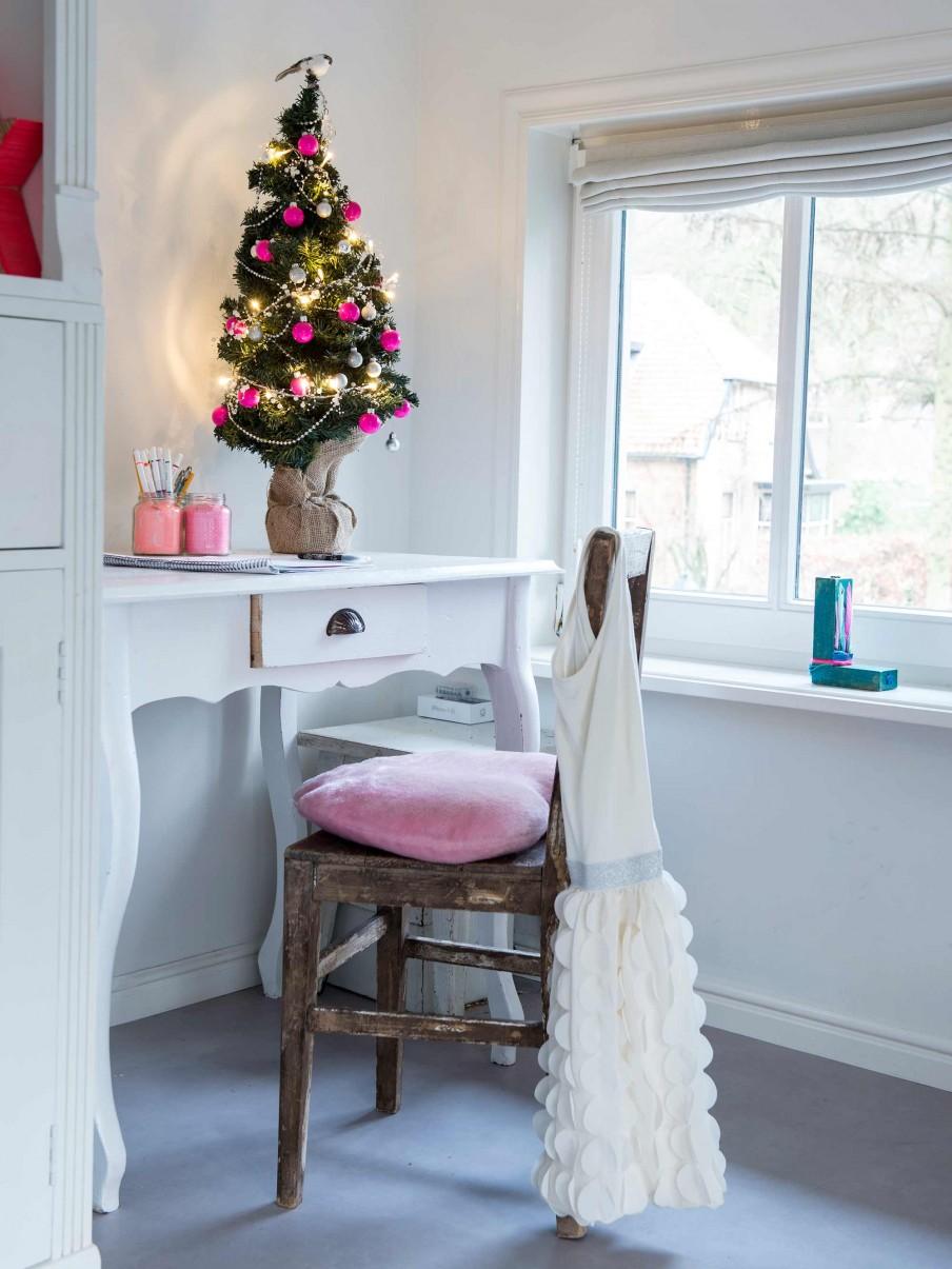 arbol de navidad, pequeño, bolas de colores, complementos para el arbol, decoracion, estilo nordico, colores, rosa, escritorio, zona de trabajo, decoracion nordica,