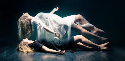 imagen ilustrativa de un alma saliendo del cuerpo de un fallecido