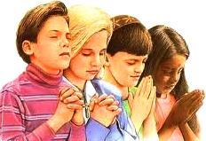 Dibujo de niños rezando a colores