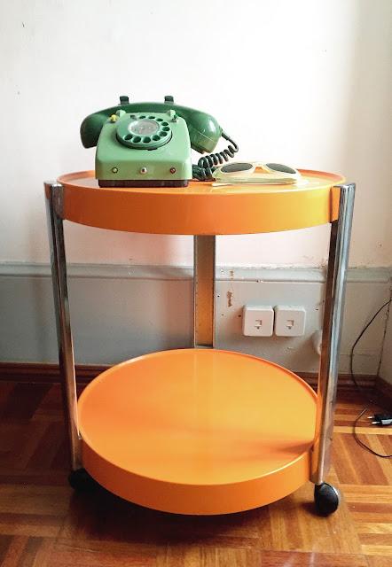 decoração vintage, anos 70, telefone, carrinho de chá, as cores dos 70's