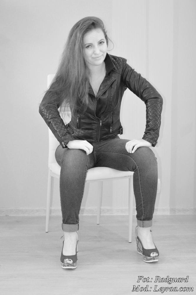 19.07.16 Czarna ramoneska, jasne jeansy podwijana nogawka, koturny jenasowe peep toe, żółte korale, czarna spinka do włosów kwiat, Radom