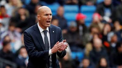 Zidane passa instruções para seu time durante Real x Bilbao (Foto: Reuters)