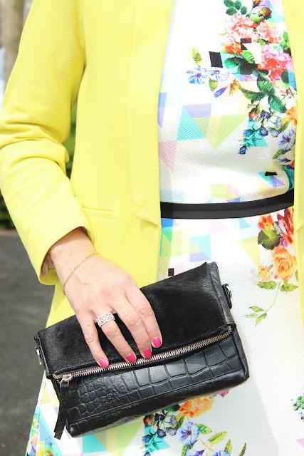 robe naf naf, veste jaune, pochette jaune, escarpins vernis noirs
