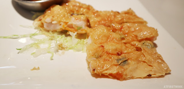 China Town Dimsum & Grill restaurant in Den Haag deep-fried soy bean sheet roll with shrimp filling 百花腐皮卷 close up lettuce