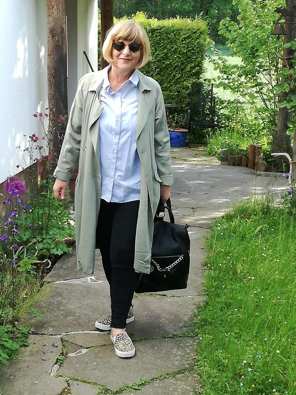 gruener-mantel-hellblaues-hemd-klassich-50plus-stil