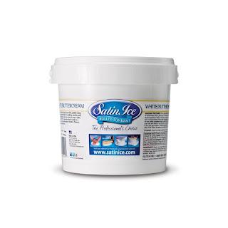 Ingredienser:Sukker, glucosesirup, vand, palmeolie, gummitragacanth (E413), kunstig vanille aroma, cellulose gum (E460), glycerol (E422), modificeret stivelse. Konserveringsmidler: Titandioxid (E171), kaliumsorbat (E202), eddikesyre (E260). Farver: karamel (E150c). Produktet er fri for gluten, mejeriprodukter, nødder transfedtsyrer og velegnet til vegetarer.